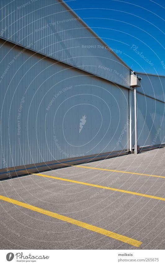 Parkplatz blau gelb Wand grau Stein Mauer Gebäude Beton leer Dach Halle Parkplatz