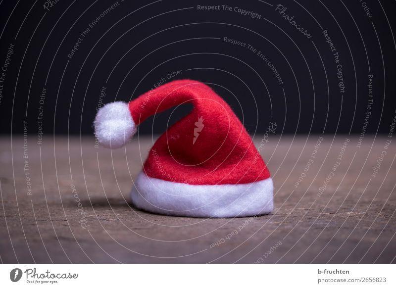 Weihnachtsmütze Raum Feste & Feiern Weihnachten & Advent Mütze stehen dunkel rot Weihnachtsmann Nikolausmütze einzeln verloren Gruß Tischplatte schwarz