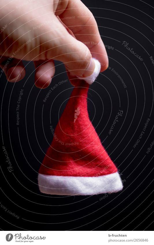 kleine Weihnachtsmütze in der Hand Lifestyle Entertainment Feste & Feiern Weihnachten & Advent Mann Erwachsene Finger Mütze gebrauchen festhalten rot schwarz