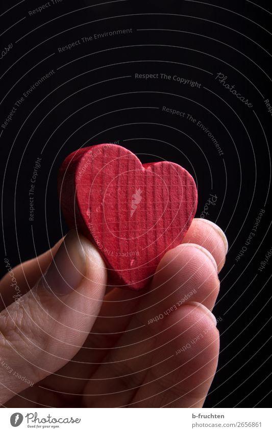 Ein Herz aus Holz Mann Erwachsene Hand Finger wählen gebrauchen festhalten rot Sympathie Freundschaft Liebe Verliebtheit Romantik Glaube Lebensfreude