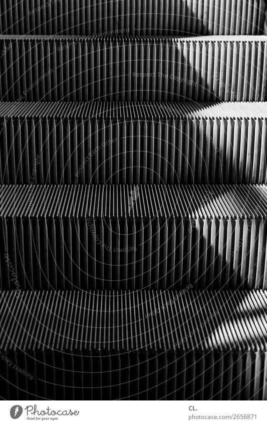 rolltreppe Treppe Wege & Pfade Rolltreppe Metall Mobilität Perspektive stagnierend aufwärts Richtung Schwarzweißfoto Außenaufnahme abstrakt Muster