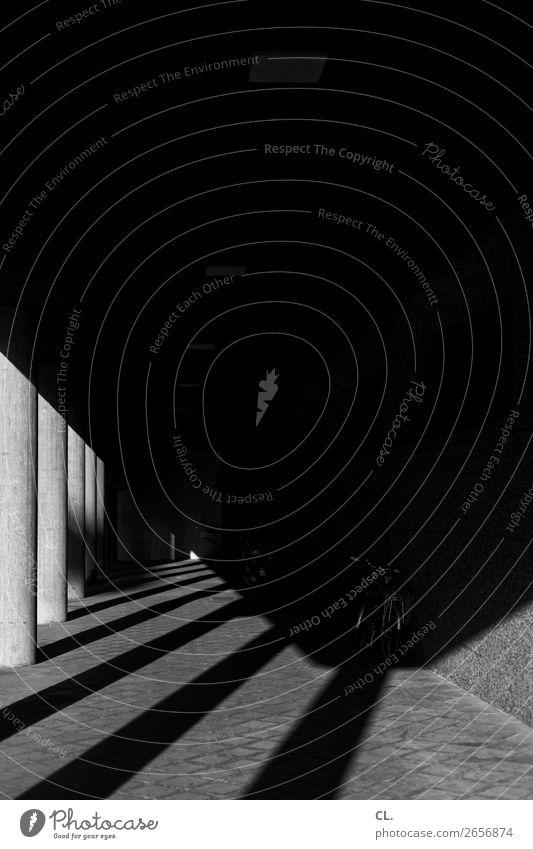 dunkler gang Stadt Menschenleer Gebäude Architektur Mauer Wand Gang Säule Verkehr Verkehrswege Wege & Pfade Fahrrad Linie ästhetisch dunkel gruselig Angst