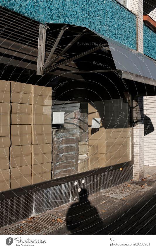 paketshop Handel Güterverkehr & Logistik Stadt Mauer Wand Fenster Markise Fußgänger Wege & Pfade Verpackung Paket Karton viele kaufen Paketshop Ladengeschäft