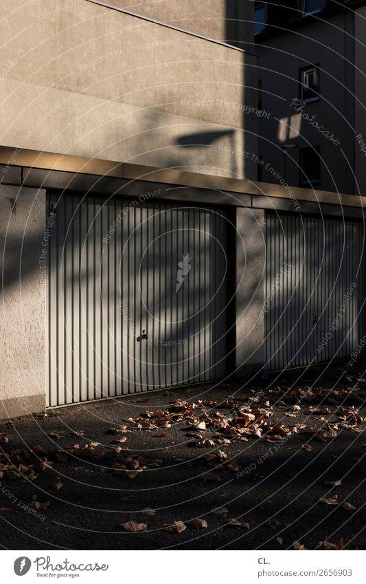 garagen Herbst Schönes Wetter Menschenleer Haus Gebäude Architektur Garage Mauer Wand Garagentor Wege & Pfade Farbfoto Außenaufnahme Textfreiraum oben