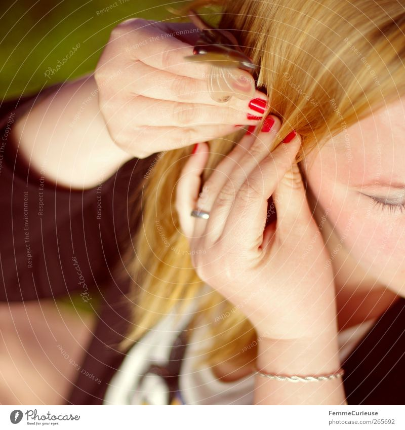 Hairstyle. Mensch Frau Jugendliche Hand schön rot Freude Erwachsene Gesicht feminin Haare & Frisuren Junge Frau Kopf Stil blond 18-30 Jahre