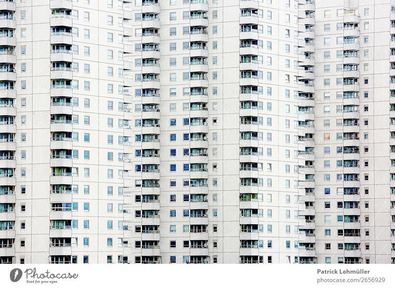 Luftdicht Stadt weiß Haus Einsamkeit dunkel Architektur kalt Gebäude außergewöhnlich Fassade Häusliches Leben Wohnung Europa Hochhaus geschlossen Beton