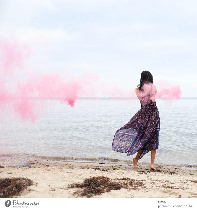 pink steam (IV) feminin Frau Erwachsene 1 Mensch Sand Wasser Himmel Horizont Küste Strand Ostsee Kleid Barfuß schwarzhaarig langhaarig Rauch Rauchzeichen Fackel