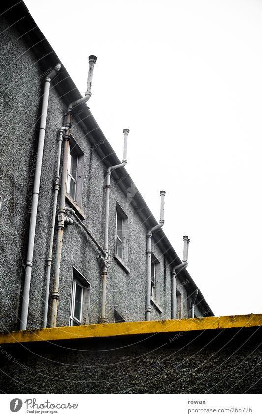L Industrieanlage Fabrik Bauwerk Gebäude Architektur Mauer Wand Fassade Dachrinne alt kalt kaputt trist Stadt gelb Farbstoff Streifen Schilder & Markierungen