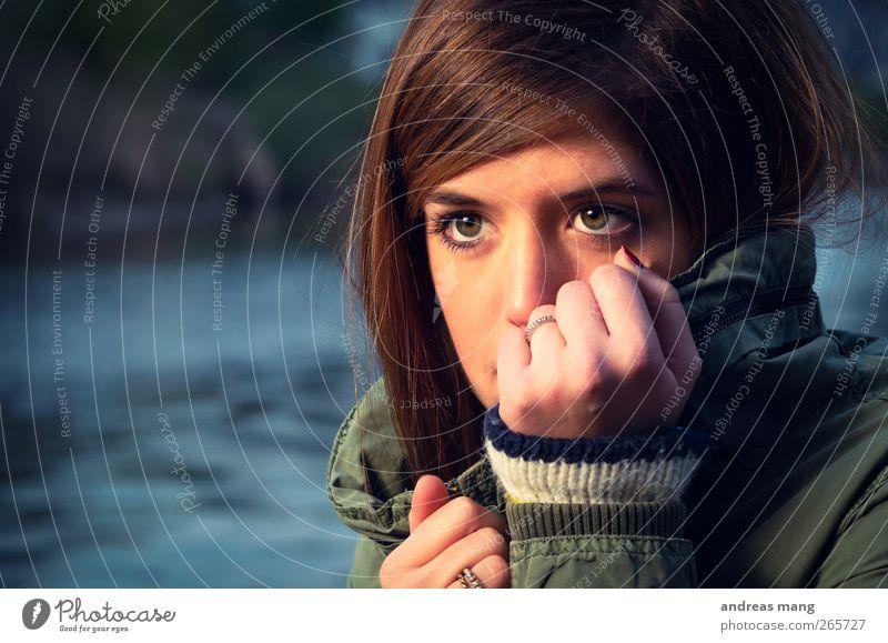 Staring out into the cold Frau Jugendliche schön Einsamkeit Gesicht Erwachsene kalt feminin Traurigkeit Angst warten gefährlich 18-30 Jahre Hoffnung geheimnisvoll nah