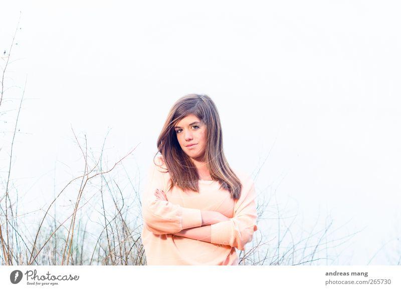 Untouchable Stil Junge Frau Jugendliche Körper 18-30 Jahre Erwachsene Pullover brünett langhaarig beobachten Blick warten Coolness schön natürlich Fröhlichkeit