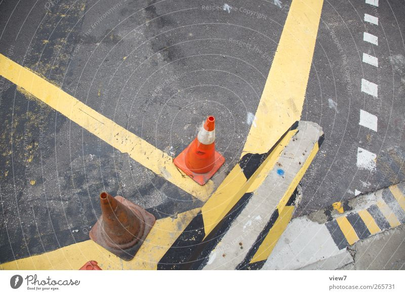 Richtungsweisend alt Straße Wege & Pfade Stein Metall Linie Schilder & Markierungen Ordnung Beton Verkehr Perspektive authentisch planen Hinweisschild Streifen