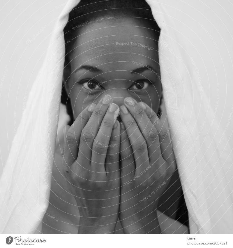 Lilian feminin Frau Erwachsene Hand Blick 1 Mensch Stoff schwarzhaarig beobachten festhalten nah schön Gefühle Leidenschaft Sicherheit Schutz Geborgenheit