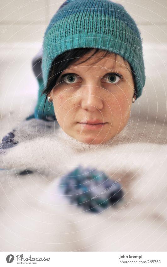 Tiefseeangler Bad Badewanne feminin Junge Frau Jugendliche Kopf 1 Mensch 18-30 Jahre Erwachsene Mütze Quaste Schwimmen & Baden Blick Coolness heiß kalt Erotik