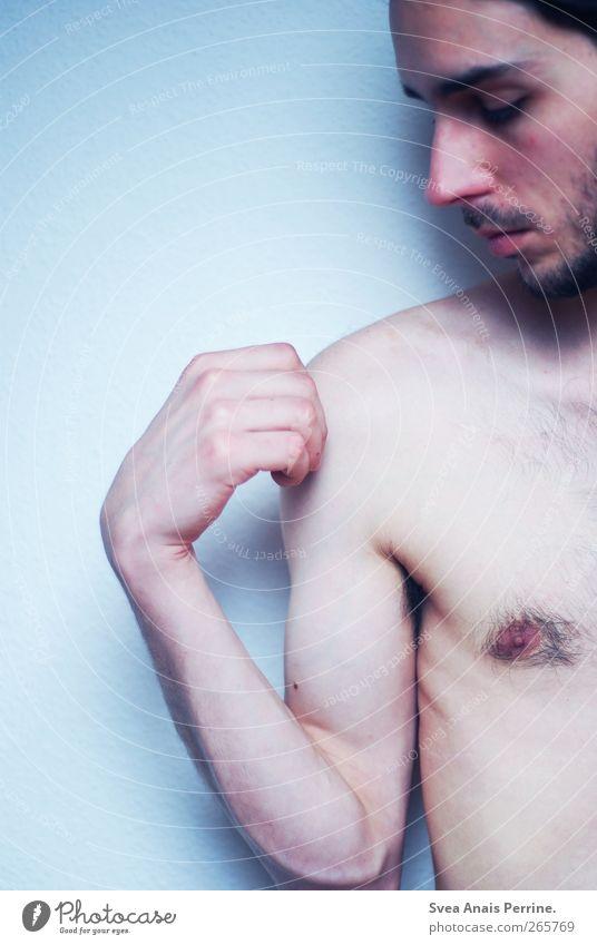 los lasssen. maskulin Körper Haut Brust Arme Hand 1 Mensch 18-30 Jahre Jugendliche Erwachsene brünett Bart festhalten stehen dünn kalt Farbfoto Gedeckte Farben