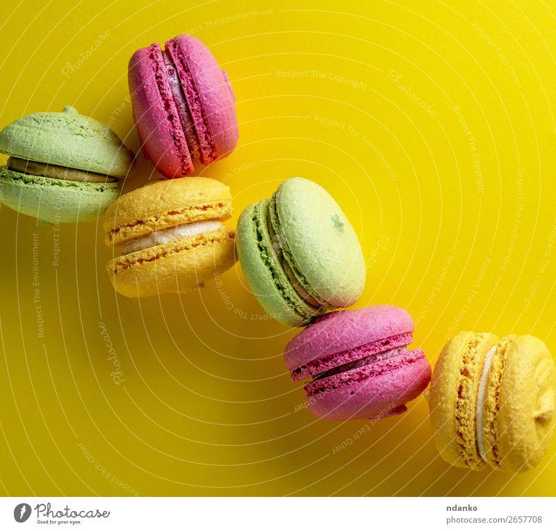 mehrfarbige runde Kuchen Makronen Lebensmittel Dessert Süßwaren Mode lecker oben gelb grün rosa Farbe Macaron farbenfroh Hintergrund Französisch süß bunt
