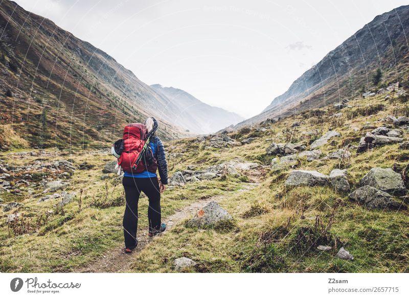 Junge Frau beim Aufstieg zum Timmelsjoch | E5 Ferien & Urlaub & Reisen Abenteuer Expedition Berge u. Gebirge wandern Natur Landschaft Herbst Nebel Wiese Felsen