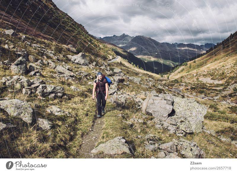 Aufstieg zum Timmelsjoch | E5 wandern Sport Junge Frau Jugendliche Natur Landschaft Herbst Wiese Alpen Berge u. Gebirge Erholung sportlich gigantisch Kraft