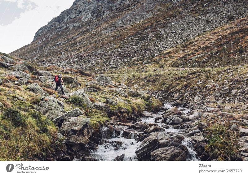 Junge Frau beim Wandern am Timmelsjoch | E5 Freizeit & Hobby Ferien & Urlaub & Reisen Abenteuer wandern Jugendliche Natur Landschaft Herbst Felsen Alpen