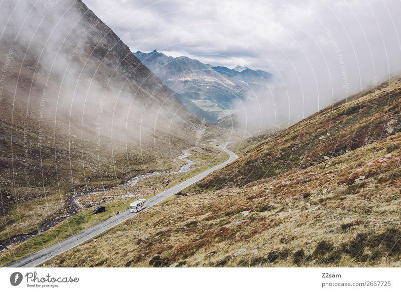 Timmelsjoch Passstraße | E5 Wanderung Abenteuer wandern Umwelt Natur Landschaft Wolken Herbst schlechtes Wetter Nebel Alpen Berge u. Gebirge Straße gigantisch
