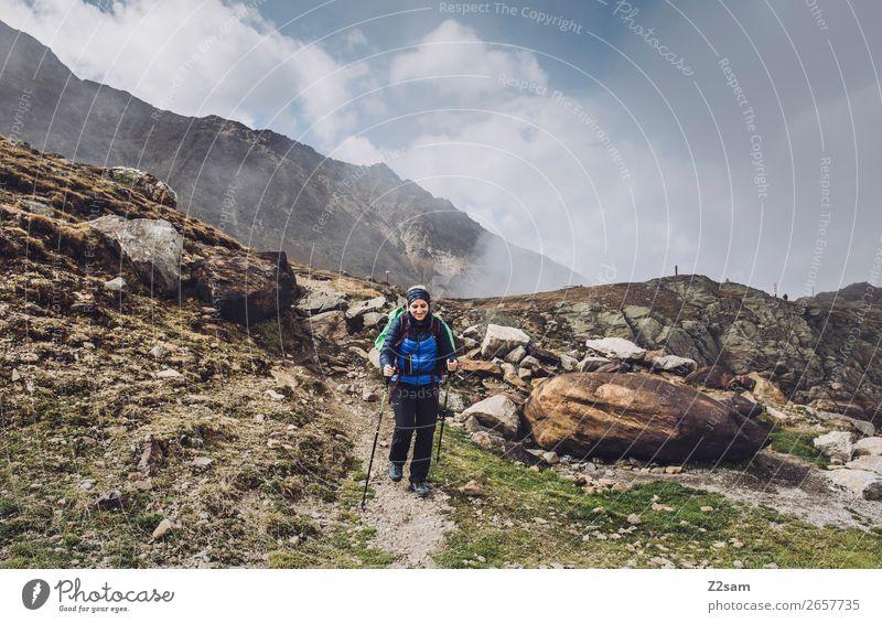 Junge Frau beim Abstieg vom Timmelsjoch | E5 Ferien & Urlaub & Reisen Natur Jugendliche Landschaft Wolken Berge u. Gebirge natürlich Wege & Pfade Sport Freiheit