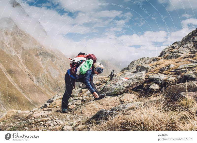 Junge Frau beim Wandern | E5 Freizeit & Hobby Ferien & Urlaub & Reisen Abenteuer wandern Jugendliche Natur Landschaft Wolken Herbst Schönes Wetter Alpen