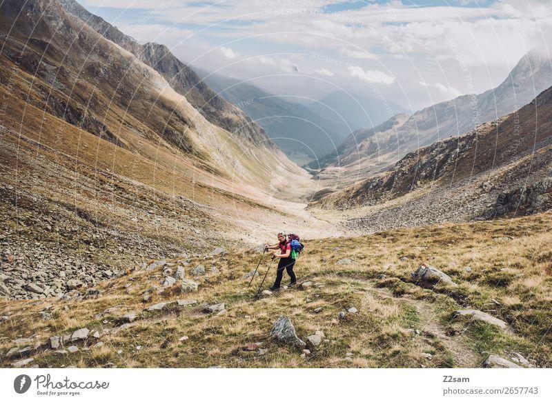Junge Frau beim Abstieg ins Timmelstal| E5 Freizeit & Hobby Abenteuer wandern Jugendliche 18-30 Jahre Erwachsene Natur Landschaft Himmel Wolken Herbst