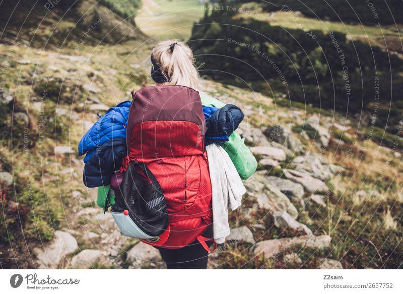 Junge Frau beim Wandern | E5 Ferien & Urlaub & Reisen Natur Jugendliche Landschaft Einsamkeit Berge u. Gebirge 18-30 Jahre Erwachsene natürlich Wege & Pfade