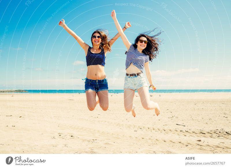Lustige Mädchen-Freunde, die am Strand springen. Lifestyle Freude Glück schön Ferien & Urlaub & Reisen Tourismus Sommer Meer Frau Erwachsene Freundschaft Sand