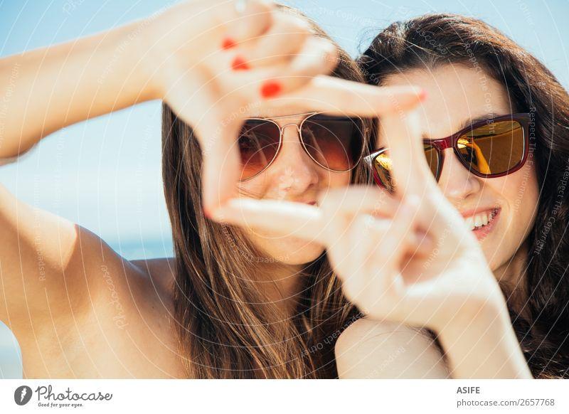 Freundinnen beim Einrahmen mit den Händen Lifestyle Freude Glück schön Ferien & Urlaub & Reisen Tourismus Sommer Strand Meer Frau Erwachsene Freundschaft Hand