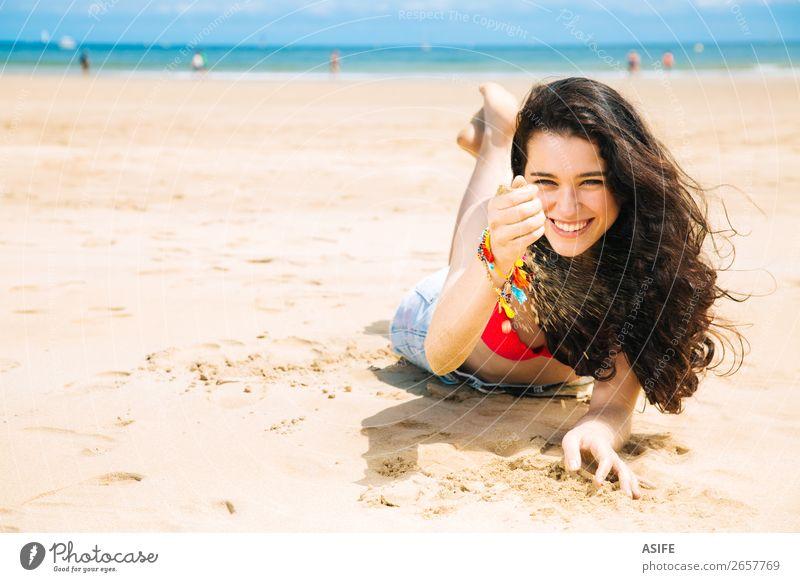 Fröhliche junge Frau am Strand Freude Glück schön Erholung Spielen Ferien & Urlaub & Reisen Sommer Sonne Sonnenbad Meer Erwachsene Hand Natur Sand Wind Küste