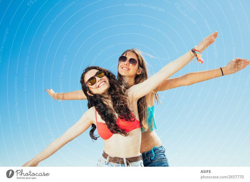Beste Freunde, die zum Strand fliegen. Freude Glück Ferien & Urlaub & Reisen Tourismus Sommer Meer Frau Erwachsene Freundschaft Jugendliche Natur Sand Himmel