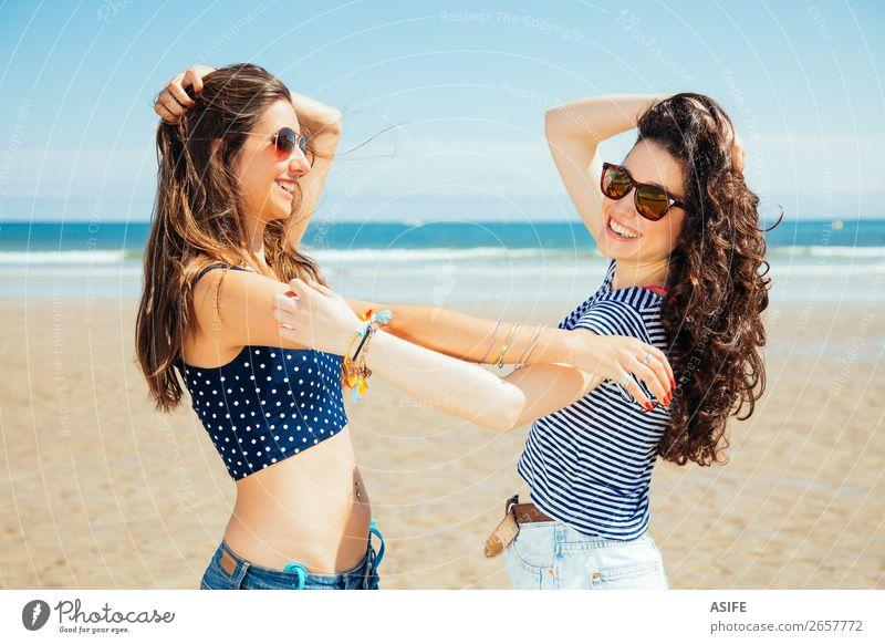 Lustige beste Freunde am Strand lachend Freude Glück Ferien & Urlaub & Reisen Tourismus Sommer Meer Frau Erwachsene Freundschaft Jugendliche Natur Sand Himmel