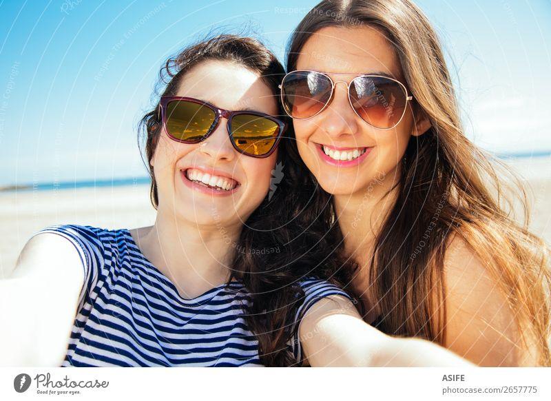 Frau Himmel Natur Ferien & Urlaub & Reisen Jugendliche Sommer blau Meer Freude Strand Erwachsene lustig lachen Glück Tourismus Sand