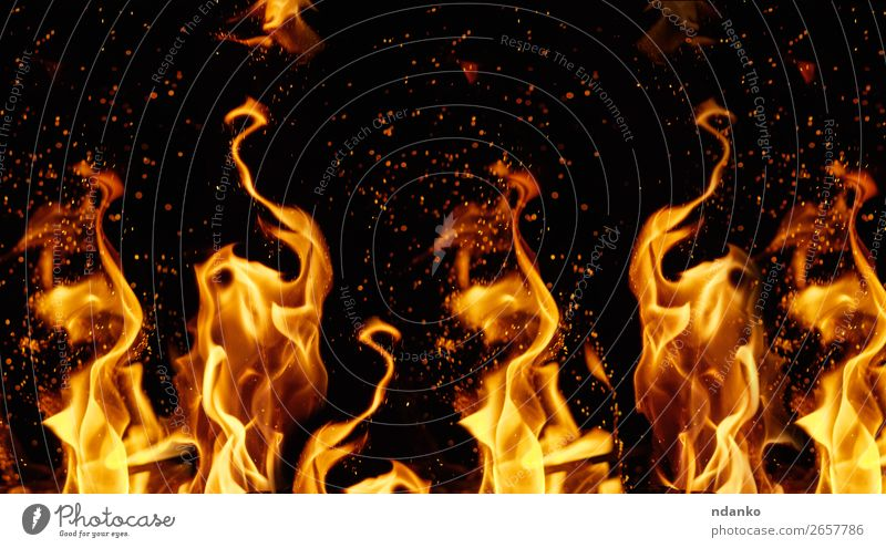 orangefarbene und gelbe Flammen mit Funkenbildung Wärme Bewegung dunkel heiß hell rot schwarz Energie Farbe Hintergrund Transparente lodernd Freudenfeuer