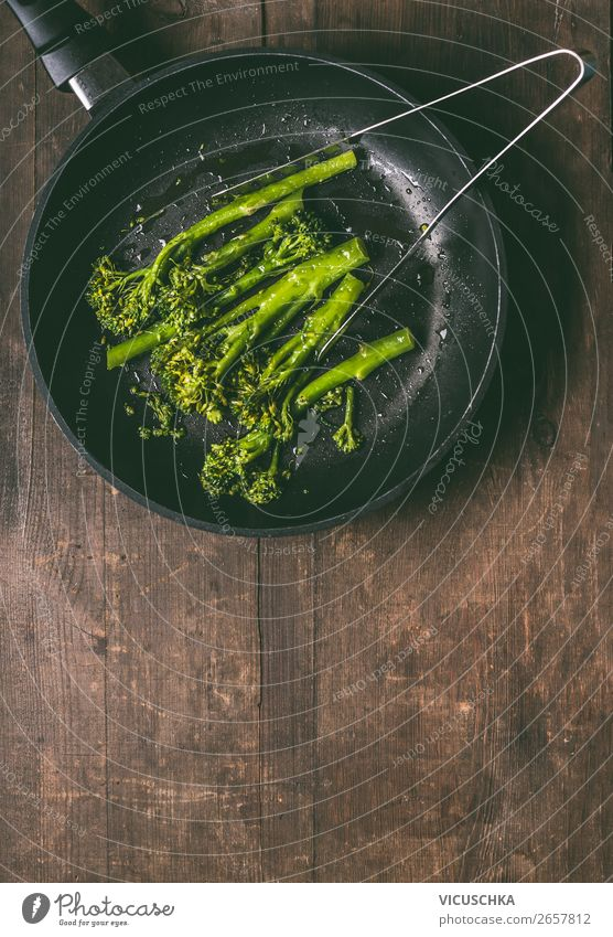 Brokkoli in schwarzer Pfanne Lebensmittel Gemüse Ernährung Mittagessen Bioprodukte Vegetarische Ernährung Diät Geschirr Stil Design Gesunde Ernährung Tisch