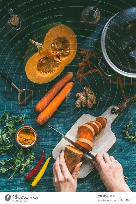 Hände kochen oranges Gemüse Eintopfgericht Gesunde Ernährung Hand Foodfotografie Gesundheit Lebensmittel Stil Häusliches Leben Design Essen zubereiten Geschirr
