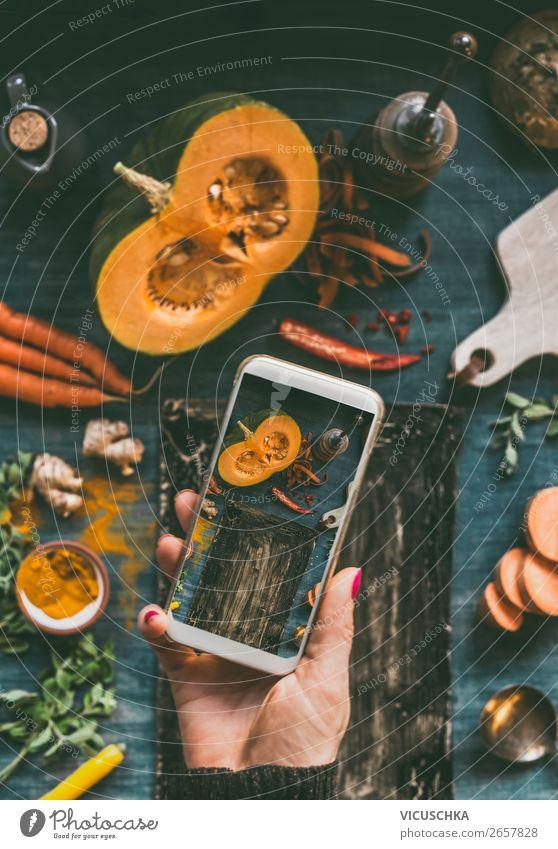 Frauenhand macht Food Foto mit Handy Lebensmittel Gemüse Design PDA Internet Mensch Erwachsene clever online Blog Hintergrundbild Foodfotografie