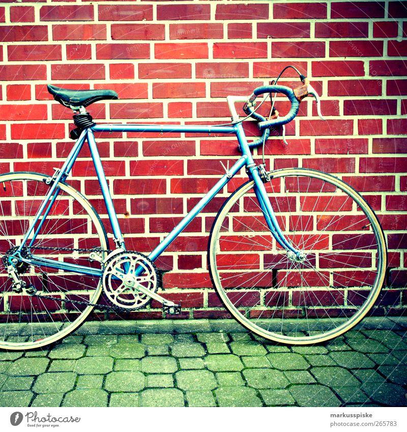 urbane mobilität - biciclette chesini Fahrrad retro Bildausschnitt Anschnitt Verkehrsmittel Objektfotografie Backsteinwand Rennrad Retro-Farben Retro-Trash