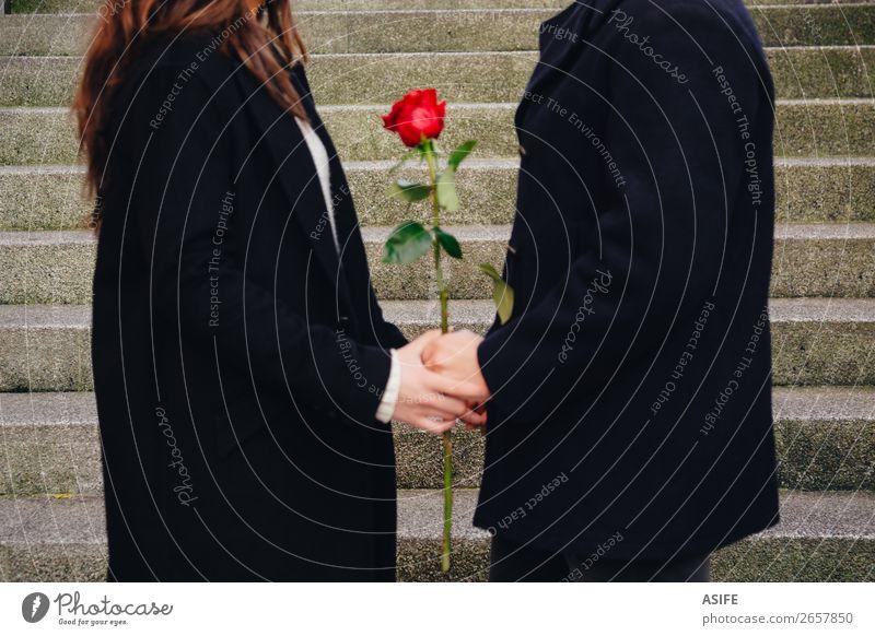 Liebe Zukunft ist eine Frage von zweien Freude Glück schön Winter Feste & Feiern Valentinstag Frau Erwachsene Mann Paar Hand Herbst Blume Straße Mantel