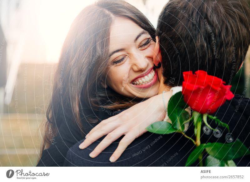 Ein glückliches Paar, das in eine Rose verliebt ist. Freude Glück schön Winter Feste & Feiern Valentinstag Frau Erwachsene Mann Hand Herbst Blume Mantel Küssen