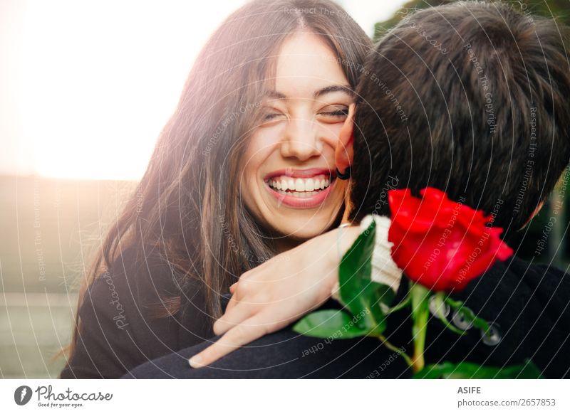 Ein glückliches Paar umarmt sich gegenseitig. Freude Glück schön Winter Feste & Feiern Valentinstag Frau Erwachsene Mann Hand Herbst Blume Mantel Küssen Lächeln