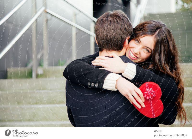 Valentinstag Paar verliebt Freude Glück schön Winter Feste & Feiern Frau Erwachsene Mann Hand Herbst Mantel Herz Küssen Lächeln Liebe Umarmen Fröhlichkeit