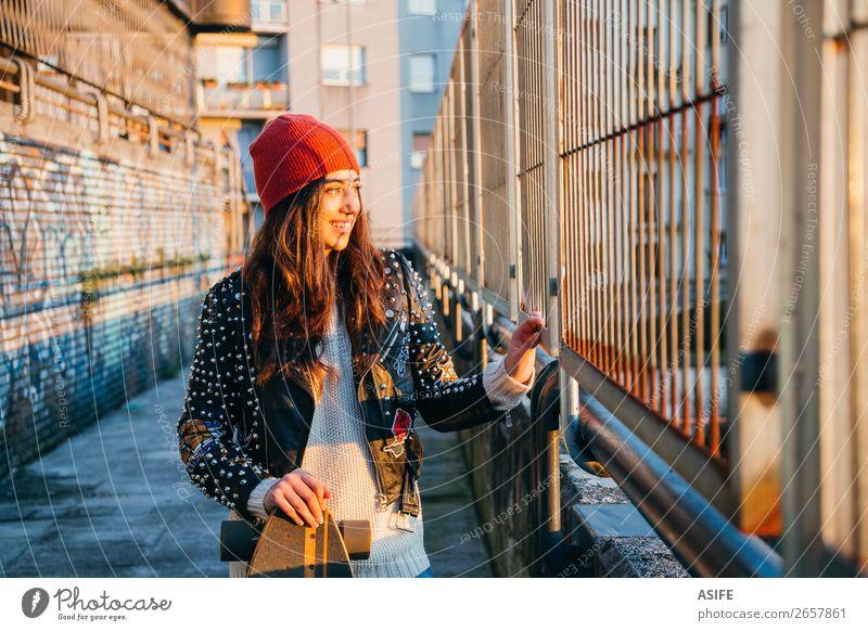 Skaterin bei Sonnenuntergang Lifestyle Stil Freude Glück schön Freizeit & Hobby Winter Sport Frau Erwachsene Jugendliche Kultur Herbst Straße Mode Hut Graffiti