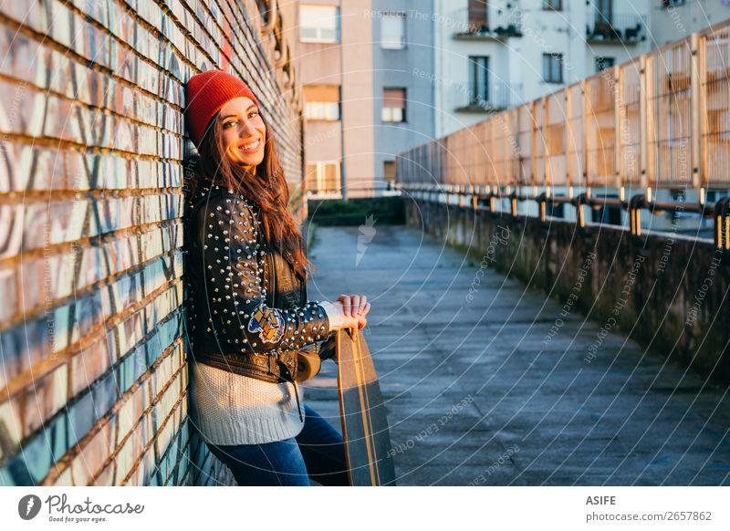 Skaterin bei Sonnenuntergang, die die Sonne genießt. Lifestyle Stil Freude Glück schön Freizeit & Hobby Winter Sport Frau Erwachsene Jugendliche Kultur Herbst