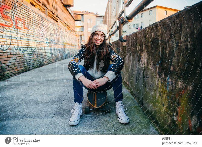 Skaterin auf Longboard sitzend Lifestyle Stil Freude Glück schön Freizeit & Hobby Winter Sport Frau Erwachsene Jugendliche Kultur Herbst Straße Mode Hut