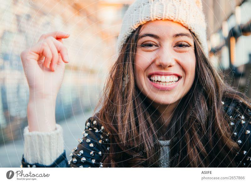 Lachendes Mädchen mit Wollmütze Freude Glück schön Gesicht Winter Mensch Frau Erwachsene Jugendliche Herbst Wärme Mode brünett genießen Lächeln lachen