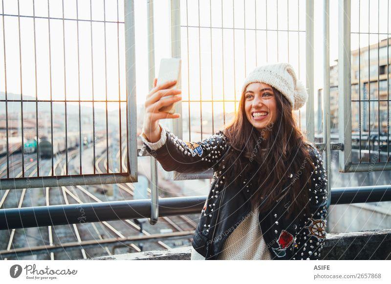 Selfie Mädchen in der Stadt bei Sonnenuntergang Glück schön Winter PDA Technik & Technologie Frau Erwachsene Jugendliche Herbst Bahnhof Straße Gleise Mode