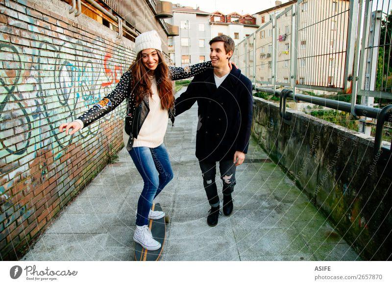Lustiges Paar lernt Schlittschuhlaufen Lifestyle Stil Freude Glück schön Winter Sport Schule Frau Erwachsene Mann Jugendliche Kultur Herbst Straße Mode Hut