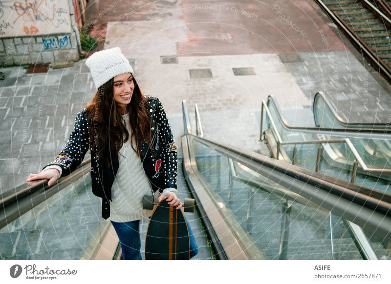 Frau Jugendliche schön Freude Winter Straße Lifestyle Erwachsene Herbst Sport Glück Stil Mode Freizeit & Hobby Lächeln Kultur