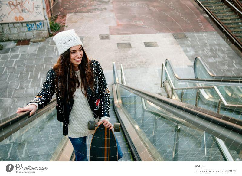 Schöne Schlittschuhfrau auf dem Skalator Lifestyle Stil Freude Glück schön Freizeit & Hobby Winter Sport Frau Erwachsene Jugendliche Kultur Herbst Straße